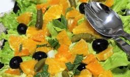 Ensalada de naranja y encurtidos.