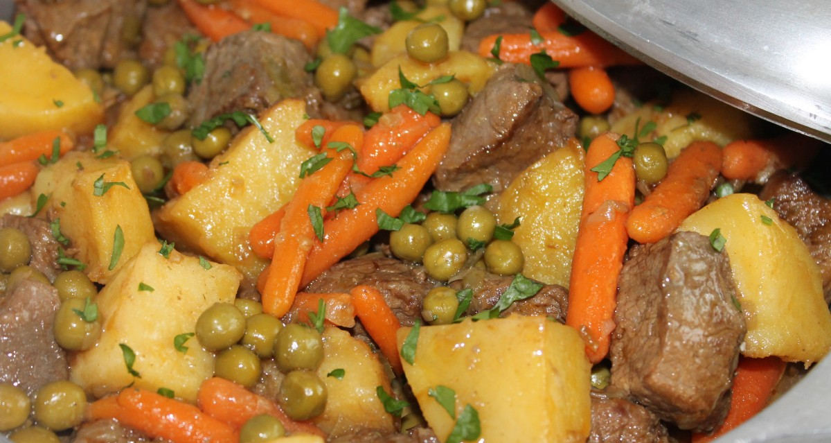 Guiso de ternera -ragout- con patatas, zanahorias y guisantes